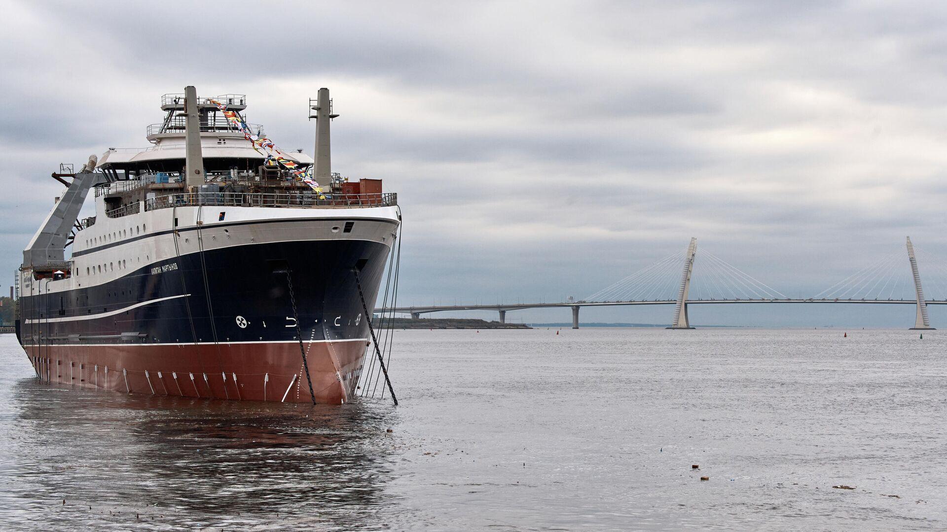 Большое рыболовное морозильное судно проекта СТ-192 Капитан Мартынов во время спуска на воду на Адмиралтейских верфях - РИА Новости, 1920, 24.09.2021