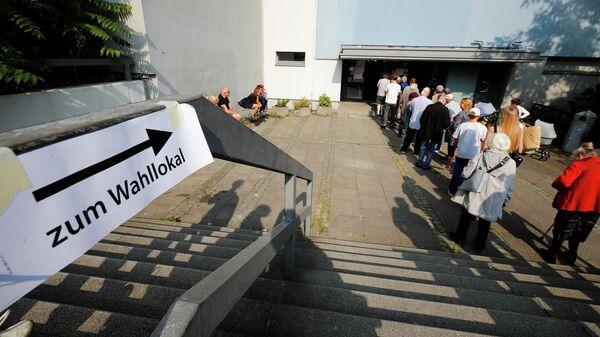 Избиратели стоят в очереди, что проголосовать на парламентских выборах в Германии