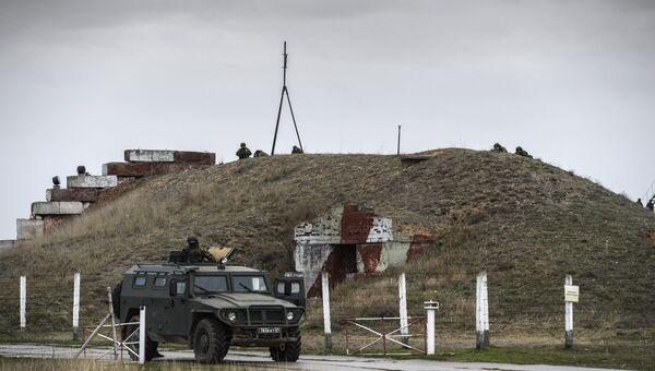 Украинские военнослужащие на территории военного аэродрома Бельбек. Архивное фото