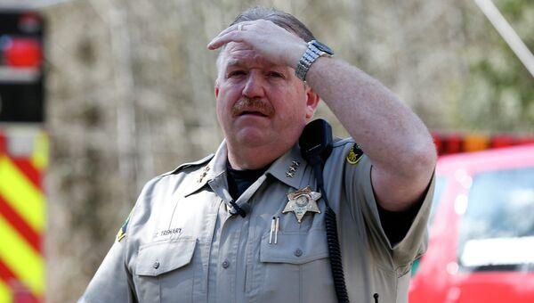 Шериф Тай Тренари наблюдает за шоссе, которое блокировал сошедший оползень
