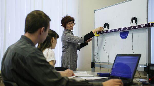 Урок физики в средней школе. Архивное фото.