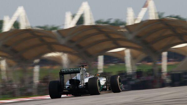 Британский автогонщик Льюис Хэмилтон на дистанции. Архивное фото