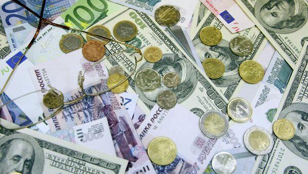 Денежные купюры и монеты: доллары США, евро, рубли, Архивное фото