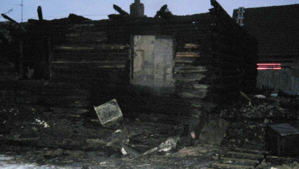 Сгоревший в результате пожара дом в деревне Космаково Ярковского района Тюменской области. Фото с места события