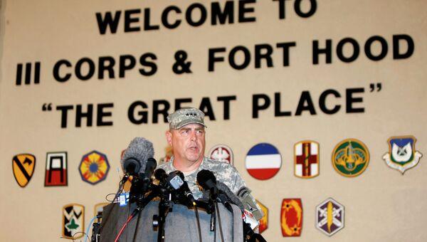 Командующий военной базой Форт-Худ генерал-лейтенант Марк Милли делает заявление для прессы