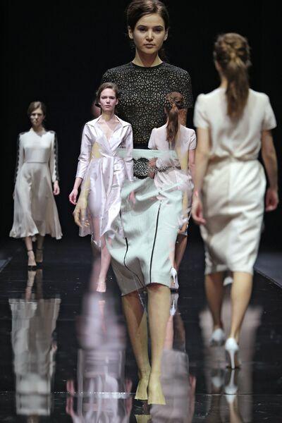 Модели демонстрируют одежду из новой коллекции Arngoldt в рамках недели  моды в Гостином дворе. Мультиэкспозиция 70f553e7092