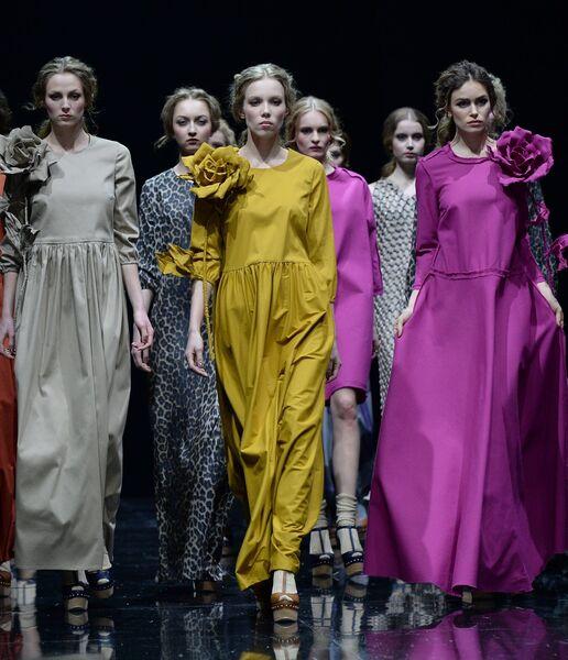 Модели демонстрируют одежду из новой коллекции дизайнера Сергея Сысоева в  рамках недели моды в Гостином дворе 922c5d9c013