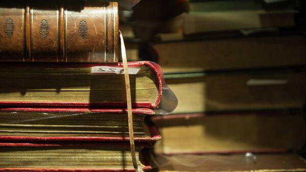 Антикварные издания на стеллажах Дома антикварной книги в Никитском