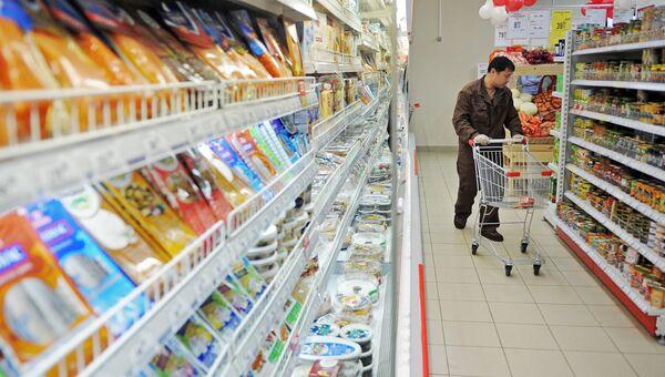Мужчина выбирает продукты в магазине. Архивное фото