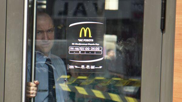Сотрудник ресторана быстрого питания McDonald's.Архивное фото