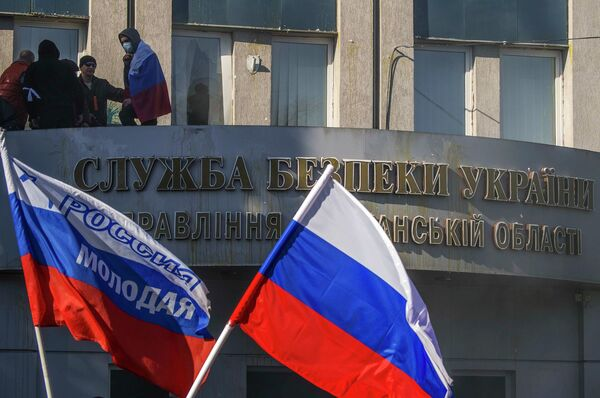 Сторонники федерализации заняли здание областного управления Службы Безопасности Украины в Луганске