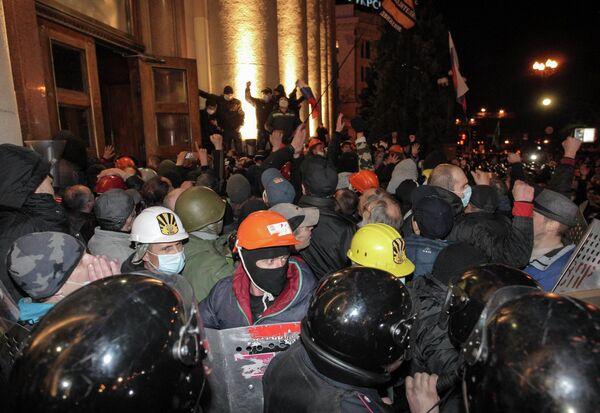 Сторонники федерализации во время штурма здания Харьковской областной госадминистрации