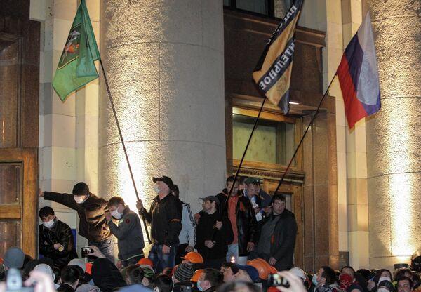 Сторонники федерализации после захвата здания Харьковской областной госадминистрации