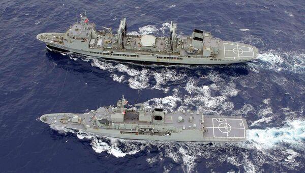 Австралийские военные корабли во время поисков пропавшего самолета авиакомпании Malaysia Airlines. Архивное фото