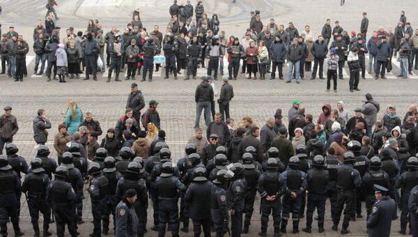 Кордон сотрудников МВД Украины перед зданием областной администрации в Харькове, 8 апреля 2014