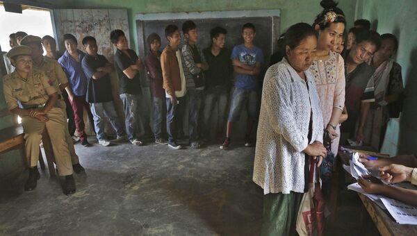 Люди в очереди на избирательном участке в Сенапати, Индия
