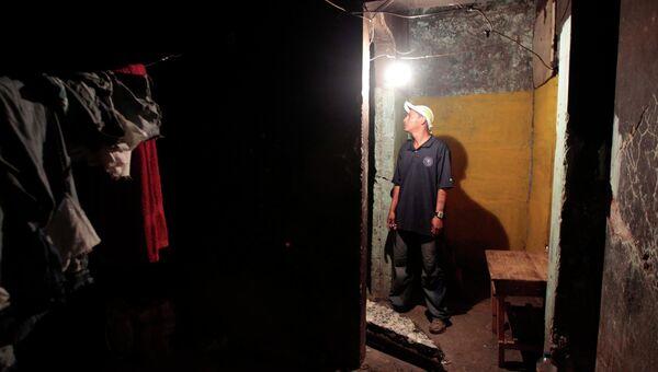 Мужчина осматривает повреждения здания, полученные в результате землетрясения в Манагуа
