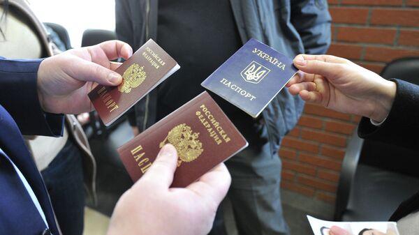 Получение паспортов Российской Федерации жителями Крыма в паспортно-визовом центре Москвы. Архивное фото