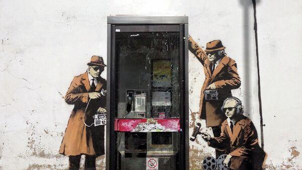 Новый рисунок граффити, предположительно, уличного художника Бэнкси недалеко от штаб-квартиры Управления правительственной связи при МИД Великобритании