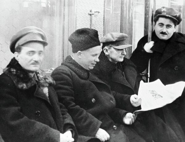 Никита Хрущев и Лаврентий Берия (второй справа) едут в вагоне Московского метрополитена в день его пуска, 1935 год