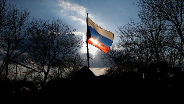 Флаг России на баррикадах сторонников федерализации Украины около ворот аэропорта Краматорска