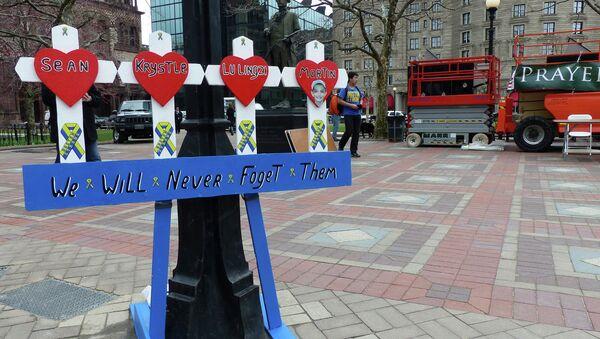 Самодельный мемориал в память о погибших в теракте на международном марафоне в Бостоне. Архивное фото