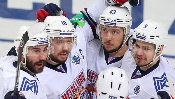 Хоккеисты Металлурга радуются забитому голу в ворота ХК Салават Юлаев