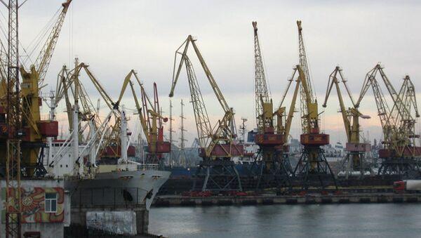 Грузовые краны в порту Одессы