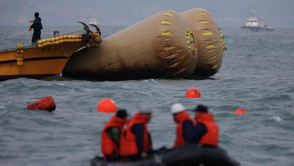 Спасательная операция на месте затопления пассажирского судна Севол в Южной Корее 21 апреля 2014