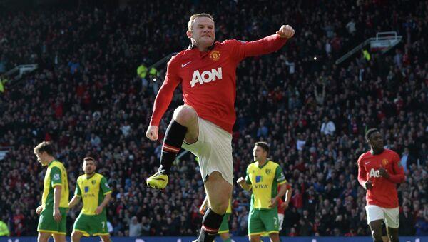 Форвард Манчестер Юнайтед Уэйн Руни радуется забитому мячу в ворота Норвича