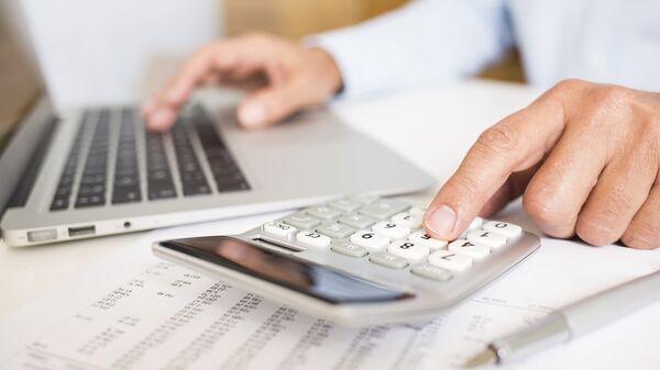 Подсчет денежных средств. Архивное фото