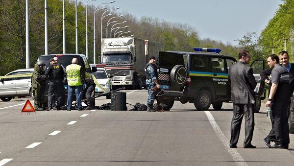 Сотрудники правоохранительных органов осматривают место покушения на мэра Харькова Геннадия Кернеса
