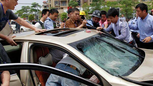 Водитель въехал в толпу пешеходов в городе Цинши, Китай. 29 апреля 2014
