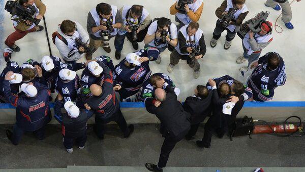 Главный тренер хоккейного клуба Металлург Майк Кинэн поздравляет игроков с победой