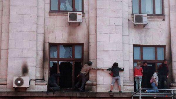Люди пытаются спастись из горящего здания Дома профсоюзов в Одессе