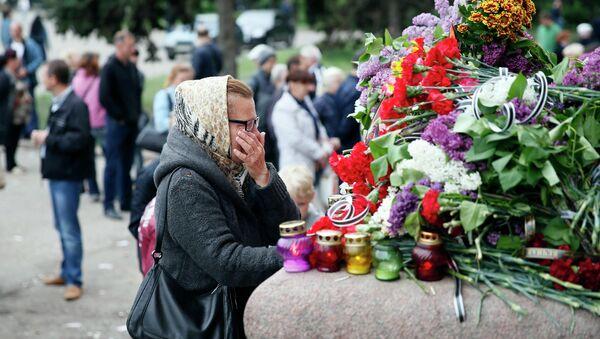 Цветы и свечи в память о погибших на Украине. Архивное фото.