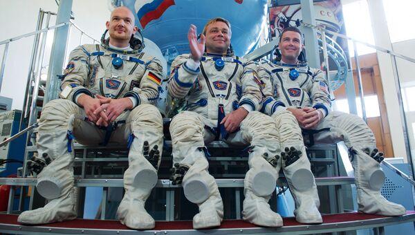Члены основного экипажа экспедиции на МКС Александр Герст, Максим Сураев и Рид Вайзман