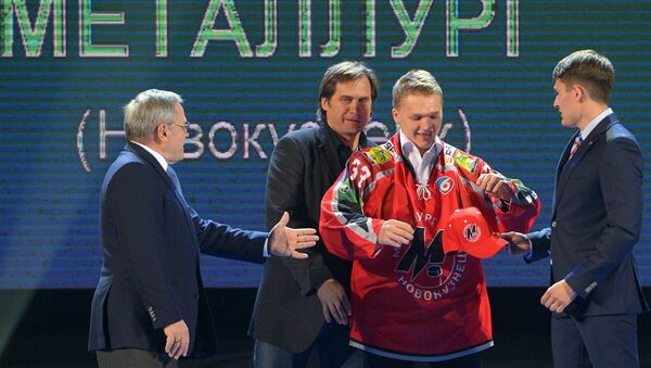 Кирилл Капризов (в центре)