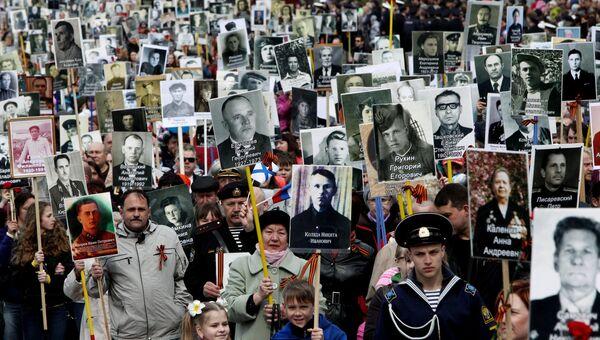 Горожане несут портреты участников Великой Отечественной войны в колонне Бессмертного полка на праздновании Дня Победы во Владивостоке. Архивное фото