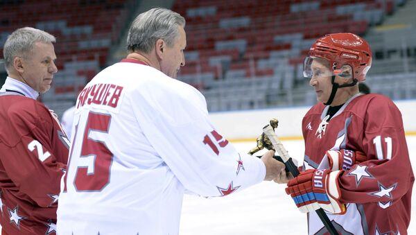 Президент России Владимир Путин в Ночной хоккейной лиге. Архивное фото