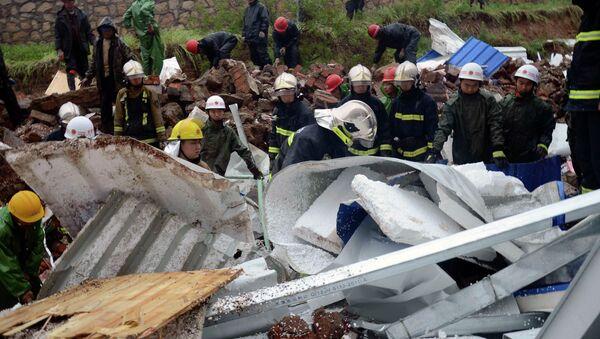 Работа спасателей на месте обрушения здания в Китае