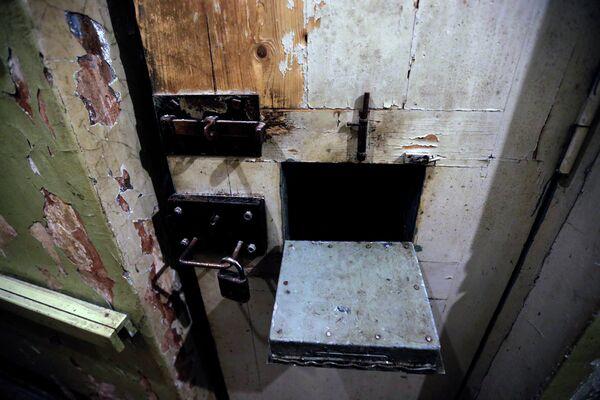 Дверь камеры предварительного заключения в музее КГБ в Риге