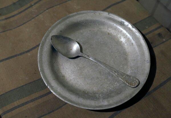 Тарелка и ложка в музее КГБ в Риге