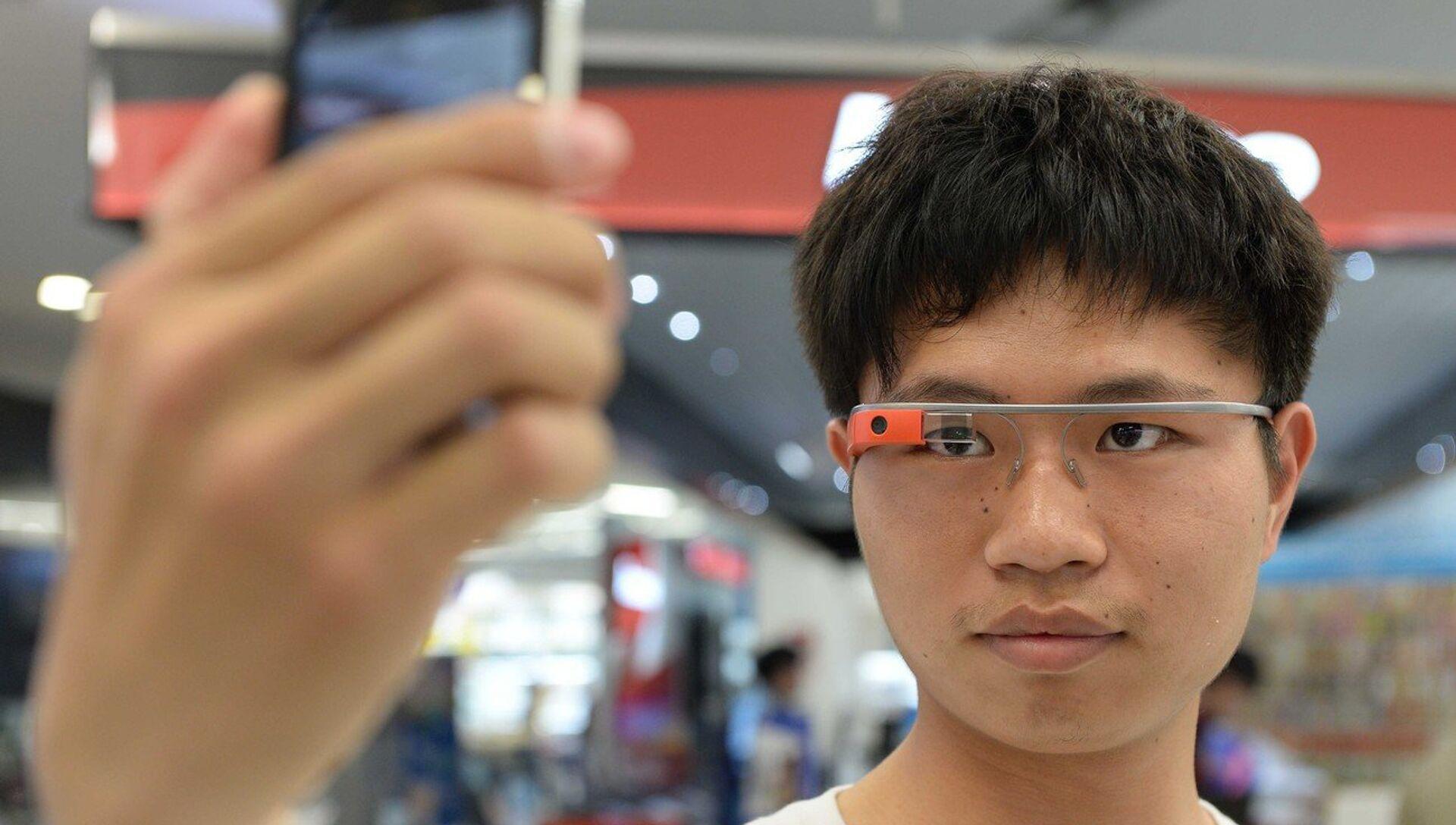 """В Facebook задумались над """"шпионскими"""" умными очками"""