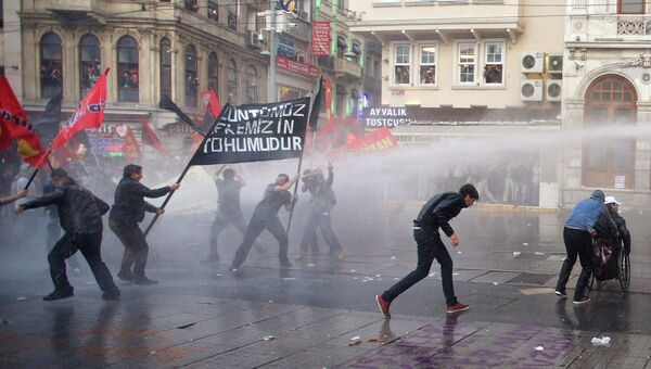 Разгон демонстрантов в Стамбуле. 15 мая 2014