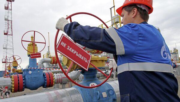 Рабочий на хранилище газа. Архивное фото