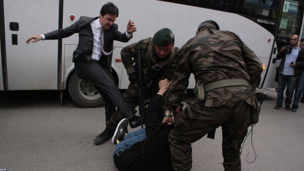 Советник премьер-министра Турции Юсуф Еркель бъет протестующего. 15 мая 2014