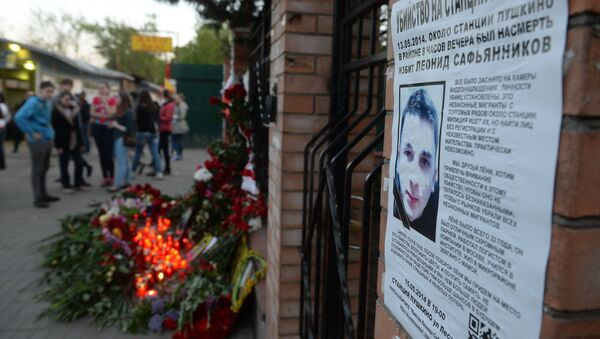 Цветы и свечи в память погибшего болельщика Спартака Леонида Сафьянникова в Пушкино