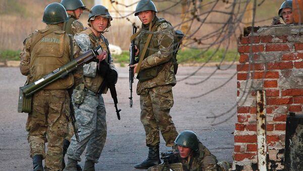 Солдаты украинской армии возле аэропорта в Краматорске