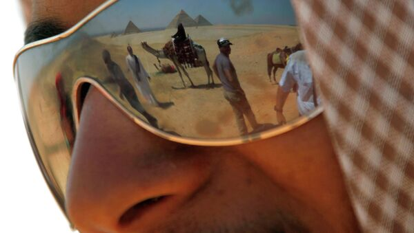 Гид ждет клиентов возле пирамид в Гизе, Египет